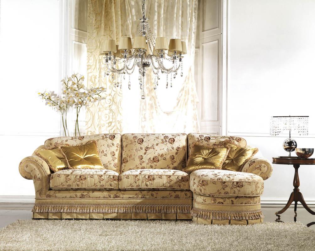 Уловой диван с красивой обивкой