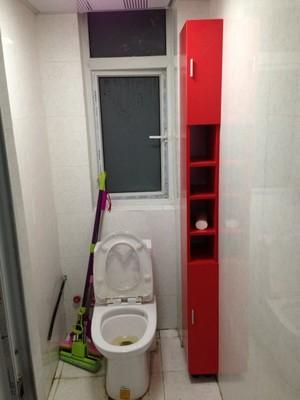 Узкий красный шкаф