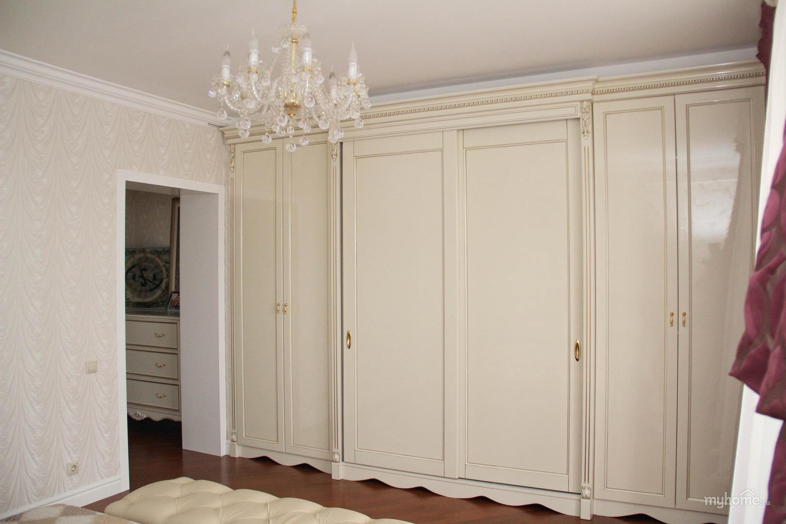 Встроенный шкаф в пастельных тонах