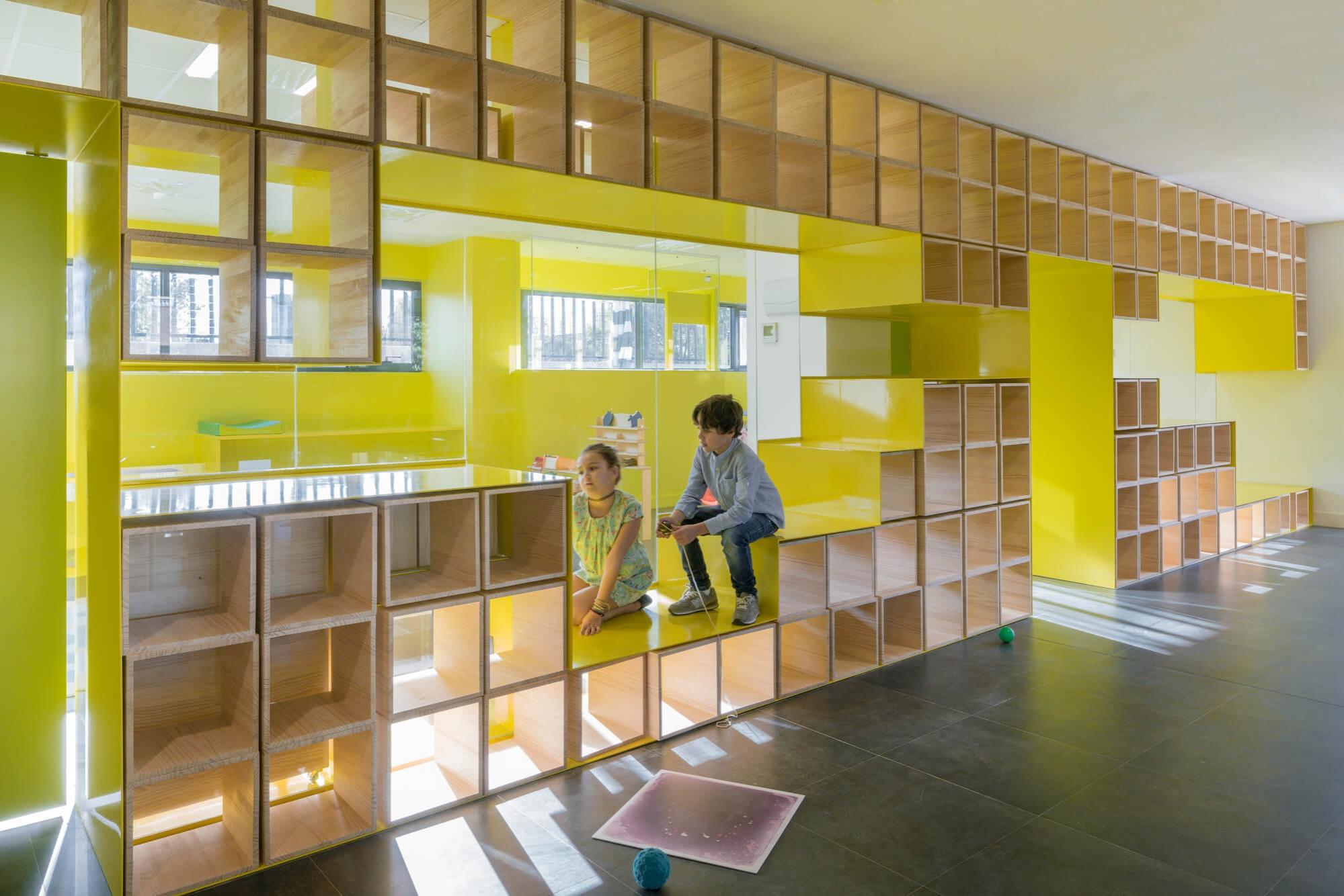 Яркая мебель для школы