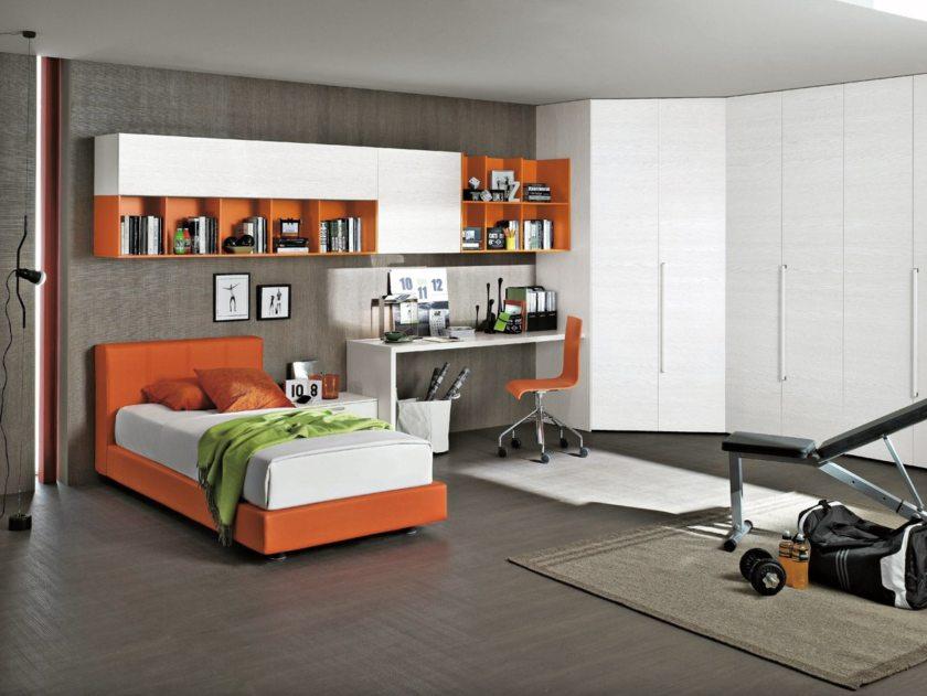 Яркая оранжевая кровать для ребенка