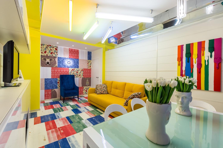 Яркие принты в современной комнате