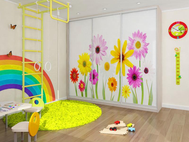 Яркий шкаф в детской
