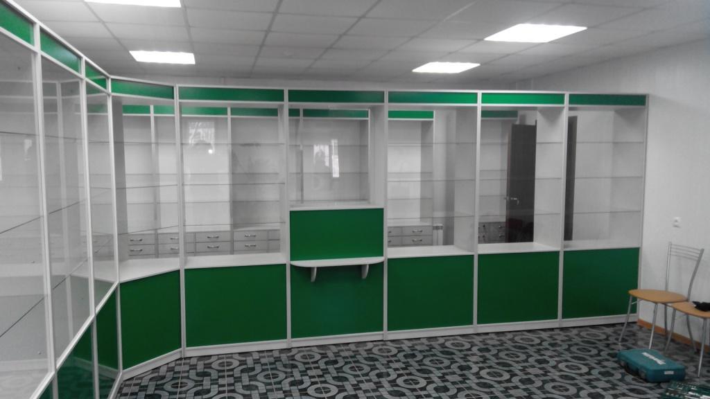 Зеленая практичная мебель для аптеки