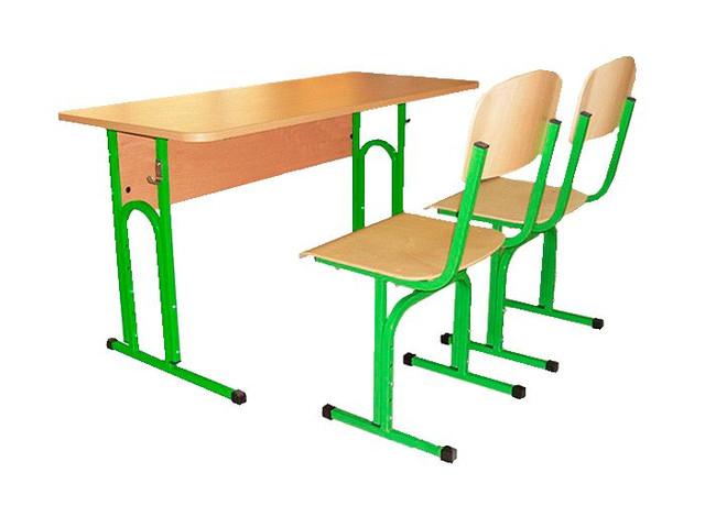 Зеленые столы и стулья