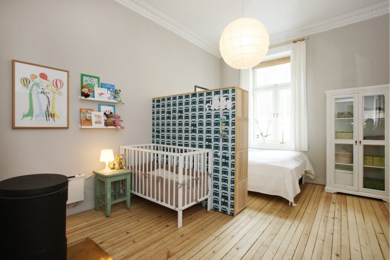 Зонирование спальни родителей и ребенка с помощью шкафа