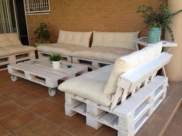 Белые предметы мебели из поддонов