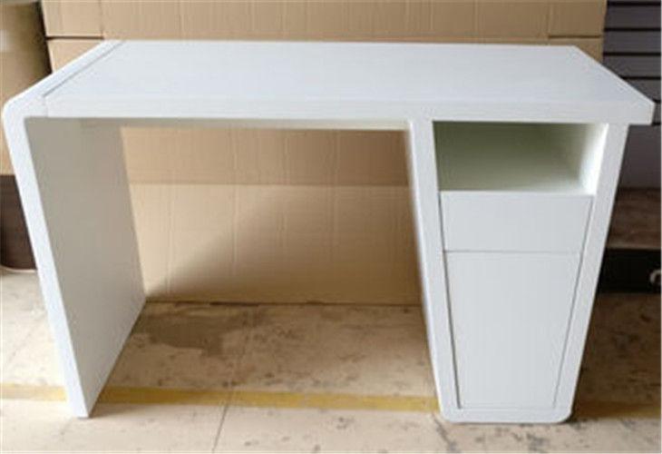 Белые предметы мебели с ящиками