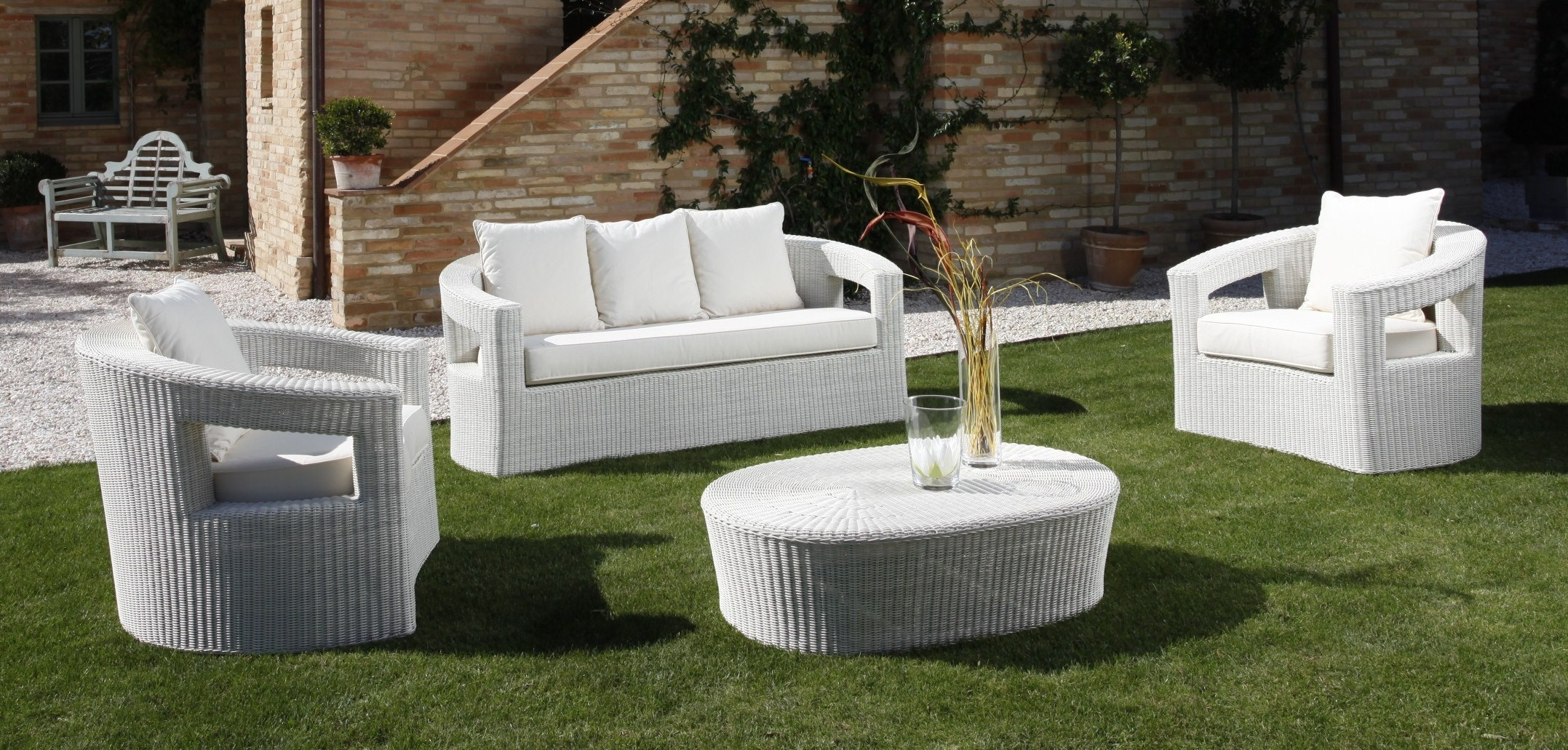 Белые стулья и столы