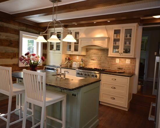 Белый кухонный гарнитур в деревянном интерьере