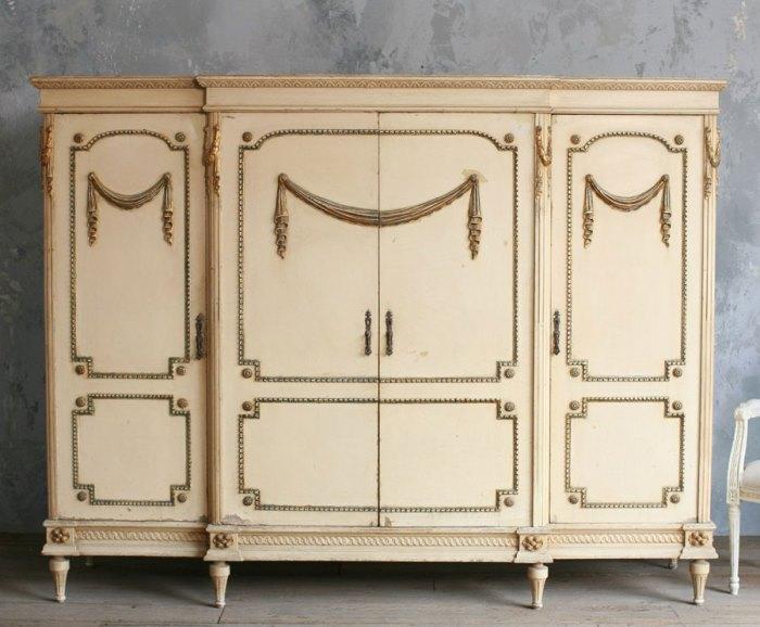 Белый платяной шкаф