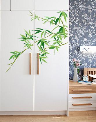 Белый шкаф с зеленым декором