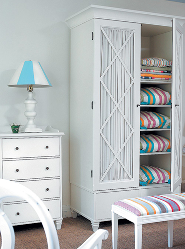 Белый удобный шкаф