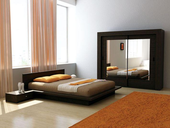 Большая двуспальная кровать в комнате
