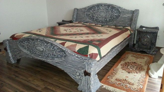 Большая серая кровать