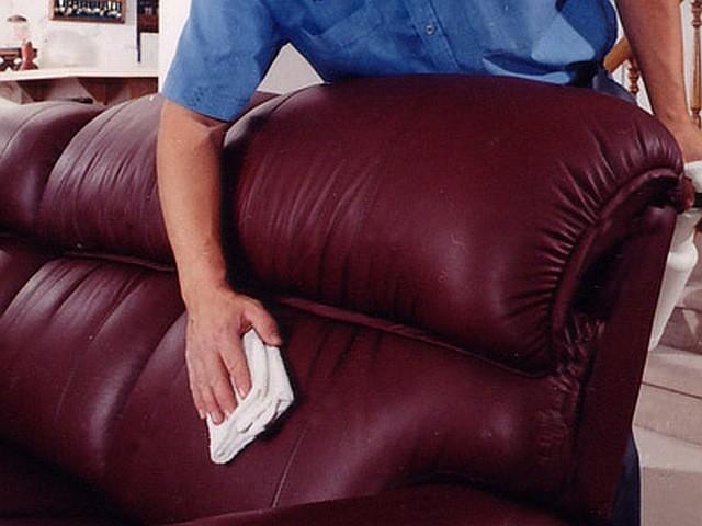 Чистим диван из экокожи