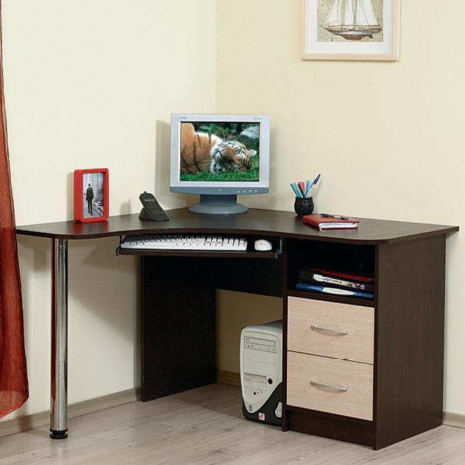 Деревянный темный стол для компьютера