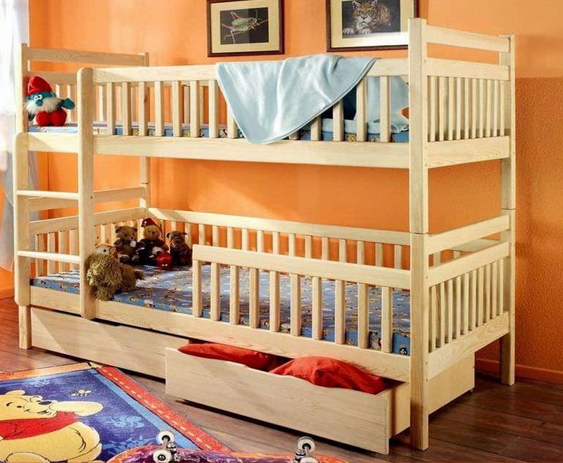 Двухъярусная светлая кровать