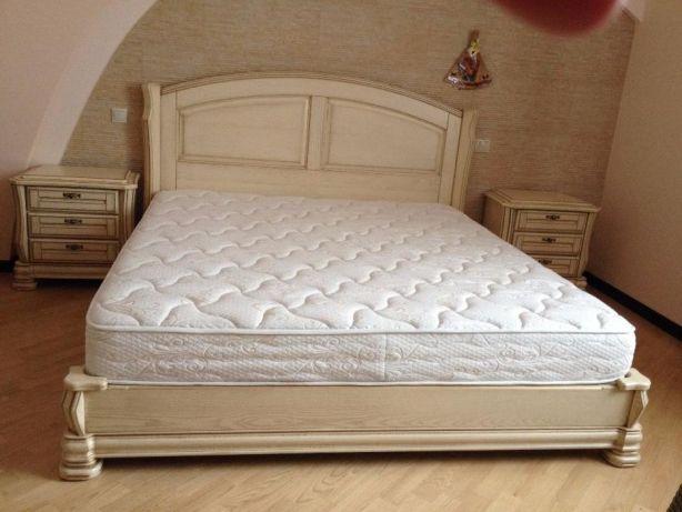 Двуспальная массивная кровать для спальни