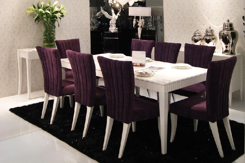 Фиолетовая обивка стульев в столовой