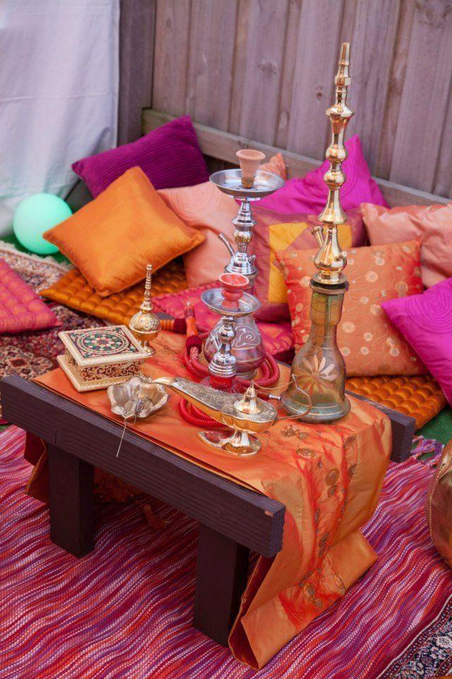 Главной достопримечательностью кальянной выступает сам кальян и конечно же разноцветные подушки
