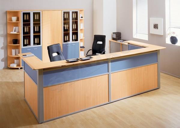 Голубые оттенки стола в приемной