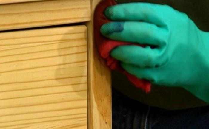 Использование губки для старения мебели