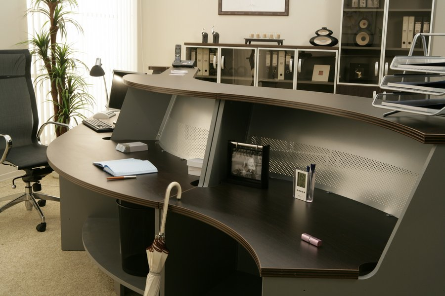 Изогнутый красивый стол