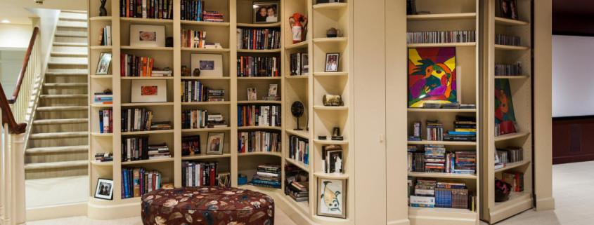 Книжный стеллаж или шкаф в современном интерьере