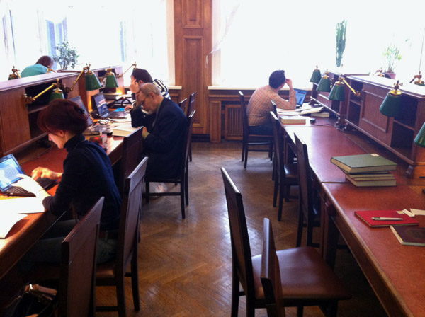 Компьютерные столы и стулья для библиотеки
