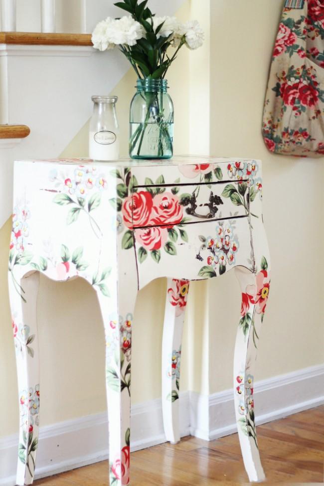 Красивый туалетный столик, обновленный с помощью декупажа