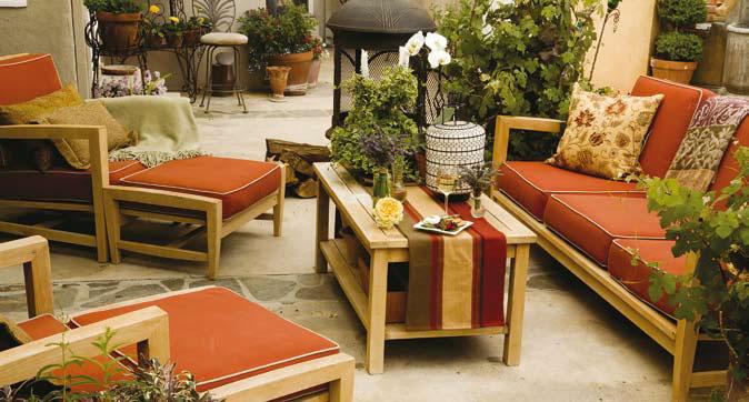 Красная деревянная уличная мебель