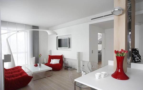 Красная мебель в белом интерьере