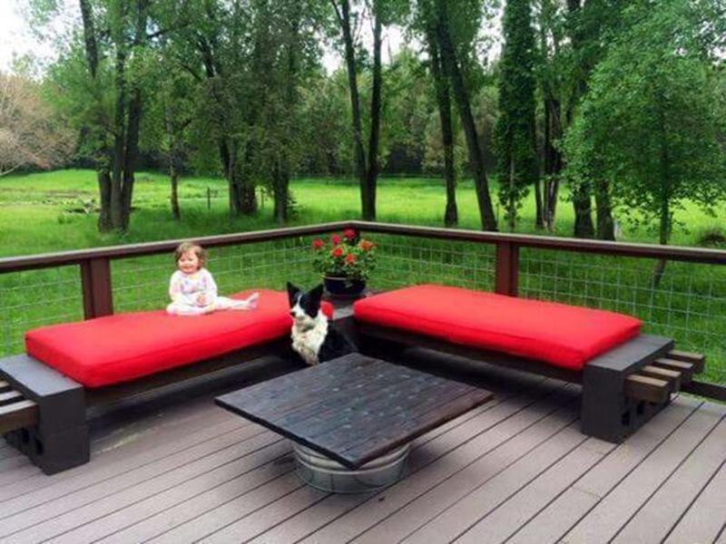 Красная садовая мебель из дерева под старину