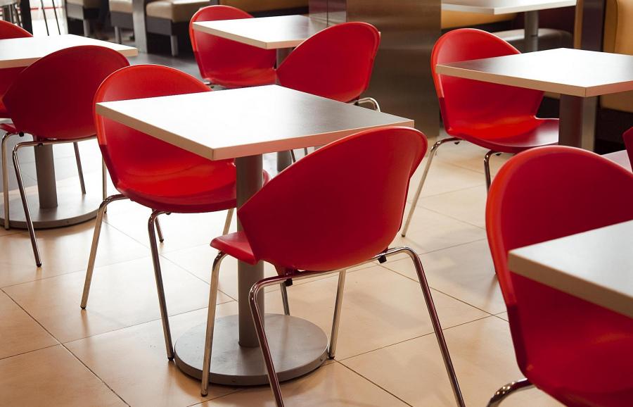 Красные пластиковые стулья на металлокаркасе