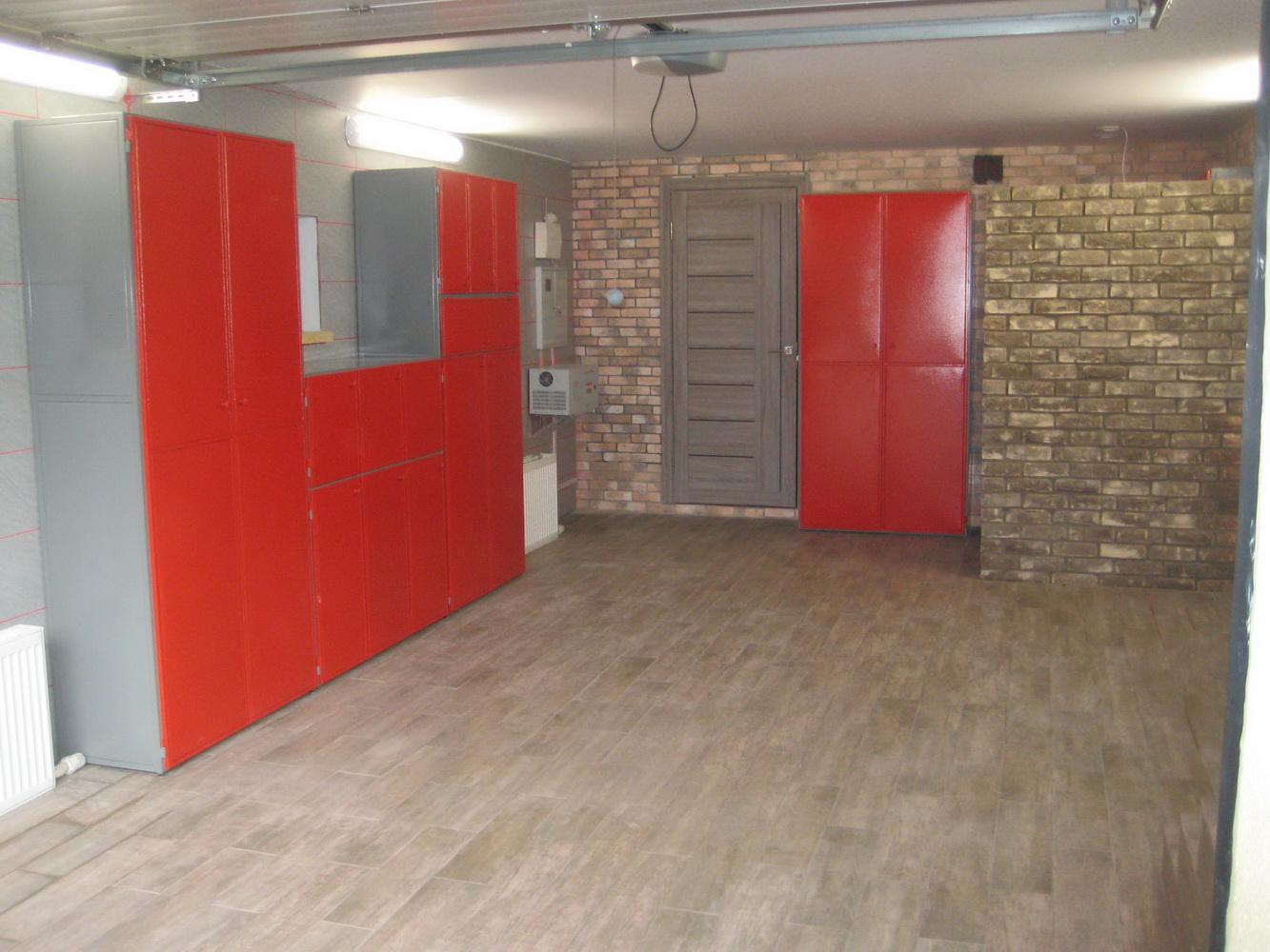 Красные предметы мебели для гаража