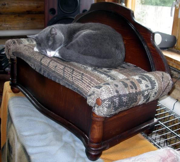 Кровать на основе натурального дерева