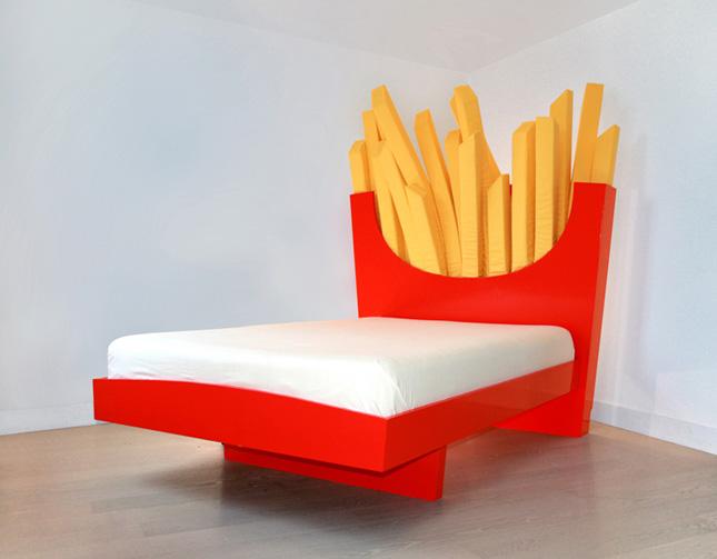 Кровать яркая