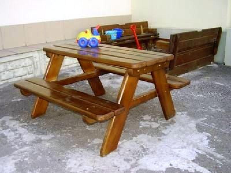 Мебель на основе натуральной древесины подойдет для улицы