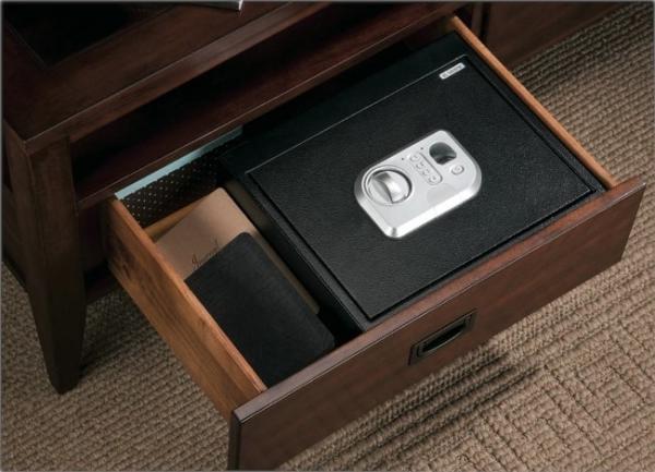 Мебельный сейф в ящике стола