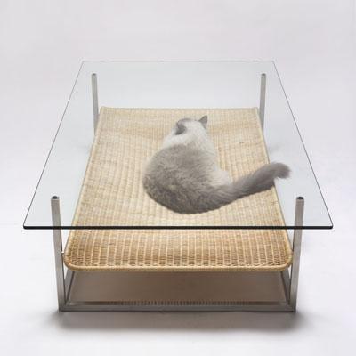 Место для кошки под столом