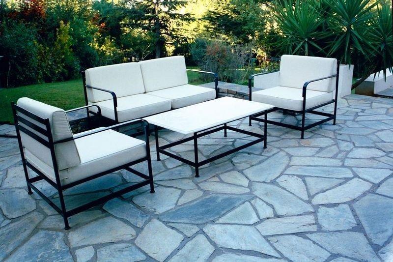 Металлические столы и стулья с мягким покрытиями