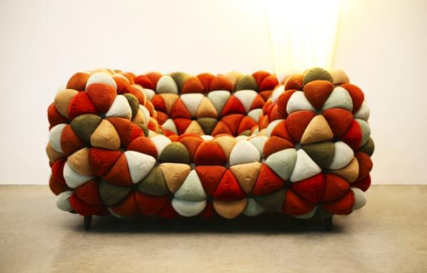 Мягкий диван ярких оттенков