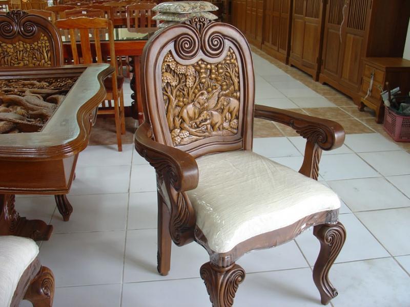 Мягкий стул из дорогого дерева