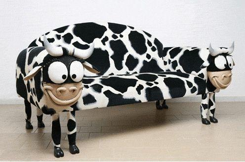 Небольшой диван с креативной обивкой
