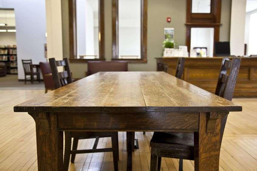 Обеденный стол и стулья из деревянного дерева