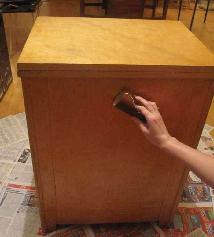 Обработка комода наждачной бумагой