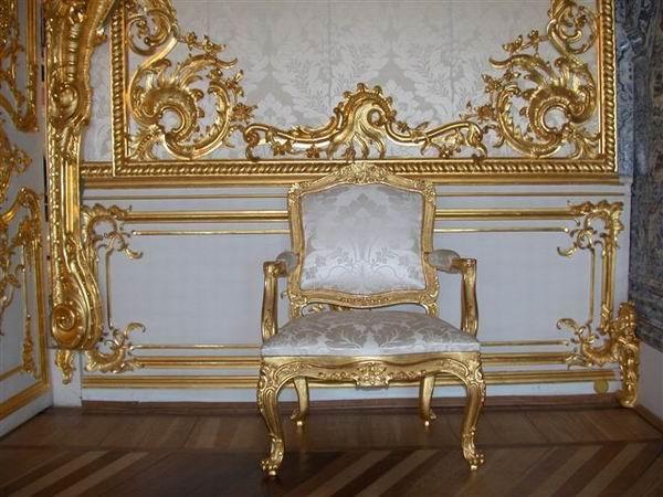 Очень много мягкой мебели