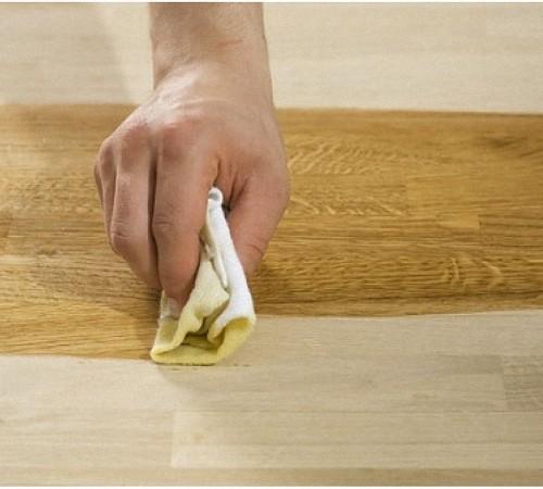Очищаем покрытие мебели