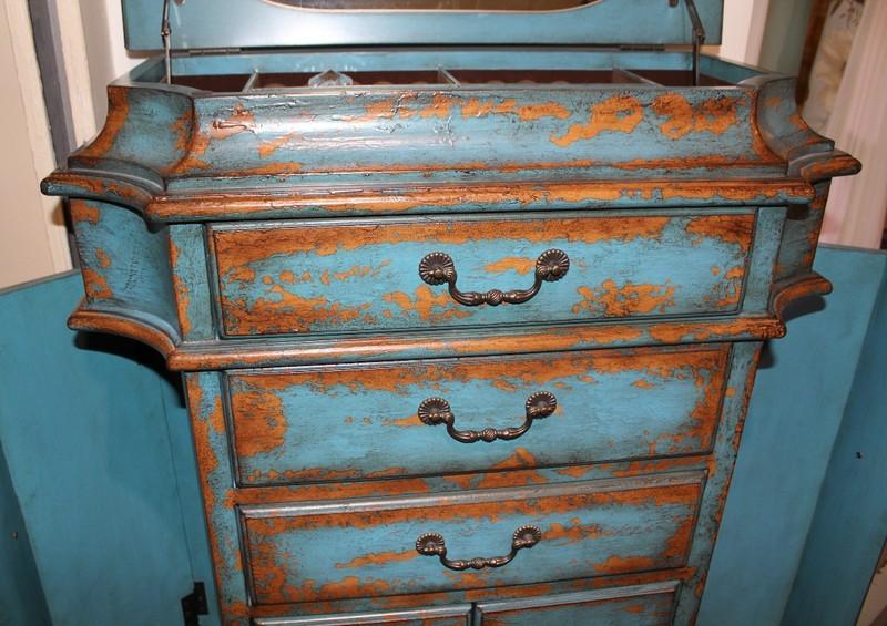 Оригинальная крашеная винтажная мебель